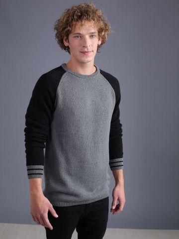 סוודר עם שרוולים בצבע קונטרסטי