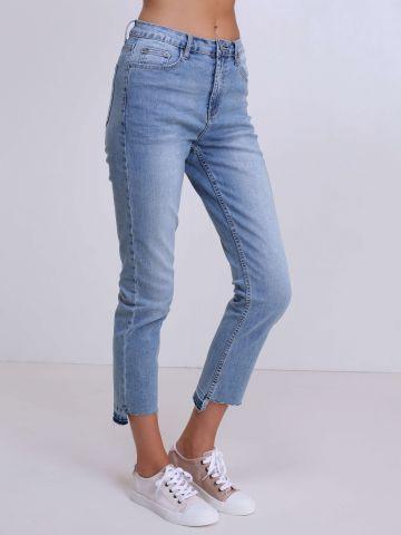 ג'ינס בגזרה גבוה עם קצוות פרומים
