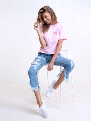 ג'ינס עם קרעים ופרנזים