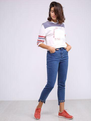 מכנסי ג'ינס עם חישוקי מתכת בסיומת