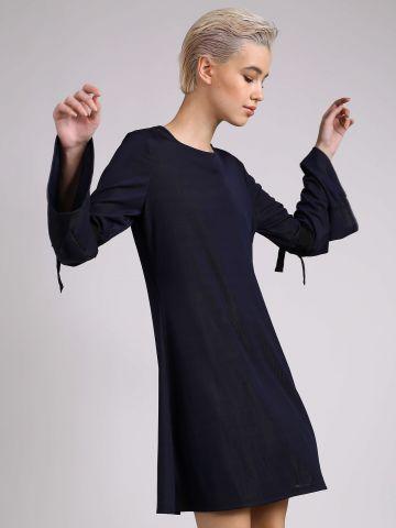 שמלה עם קשירות בשרוולים