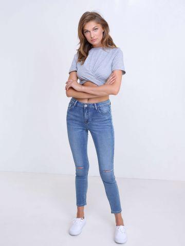 ג'ינס עם קרעים בברכיים