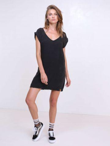 שמלת טי שירט עם מפתח בגב וקצוות פרומים