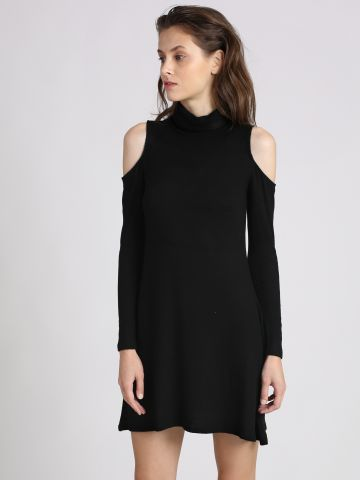 שמלה עם פתחים בכתפיים