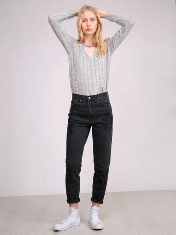 ג'ינס בגזרת MOM עם רקמות פרחים