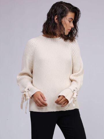 סוודר עם קשירות ואיבקות בשרוולים