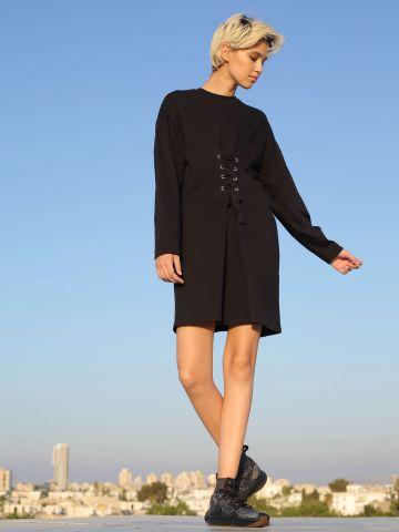 שמלה בגזרה רחבה עם קשירות