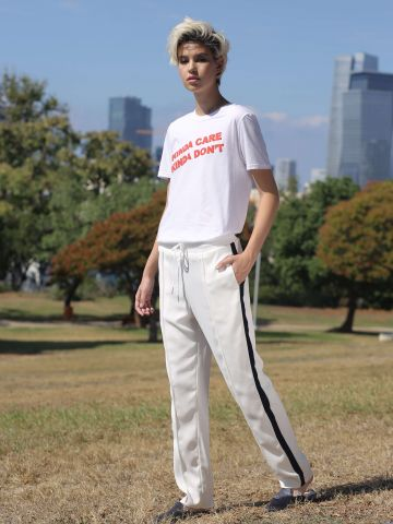 מכנסיים עם פס צדדי