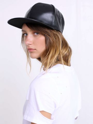 כובע דמוי עור