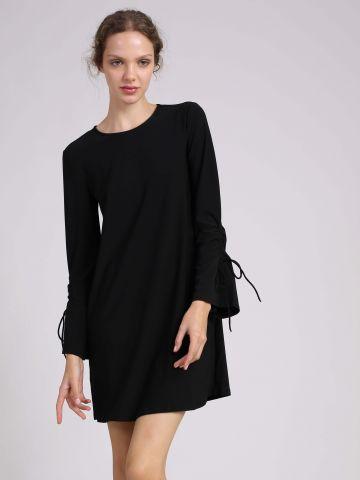 שמלה עם קשירה בשרוולים