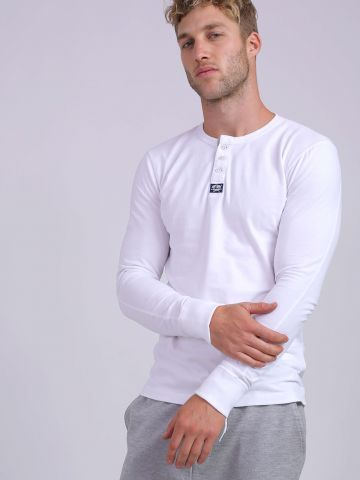 חולצת טי שירט עם שרוולים ארוכים וכפתורים