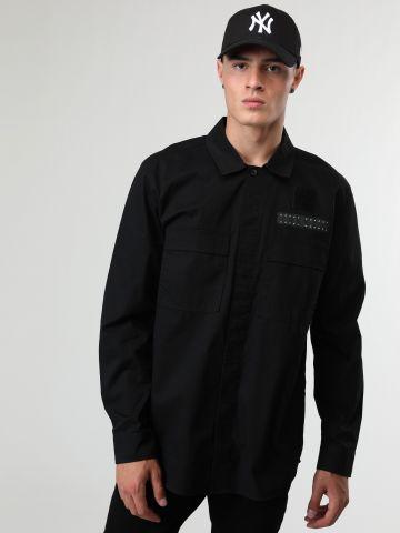 חולצה מכופתרת עם כיסים ופאץ' לוגו