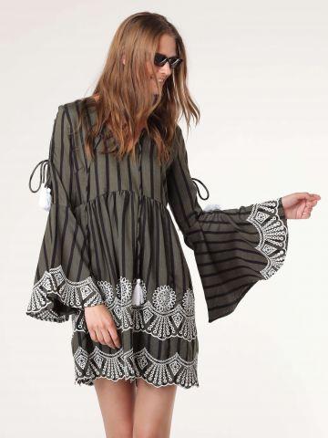 שמלת מידי עם שרוולים מתרחבים ועיטורי רקמה