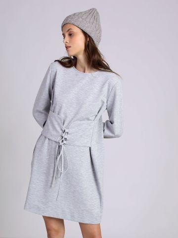 שמלה עם חגורה עם שרוכי קשירה
