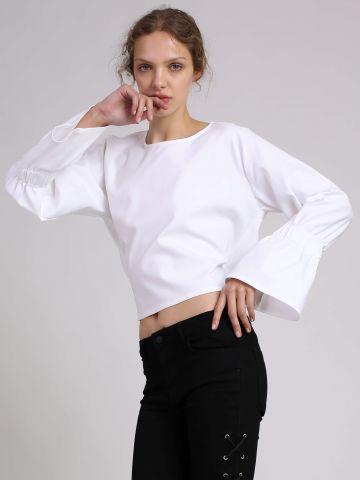 חולצה עם פתח בגב