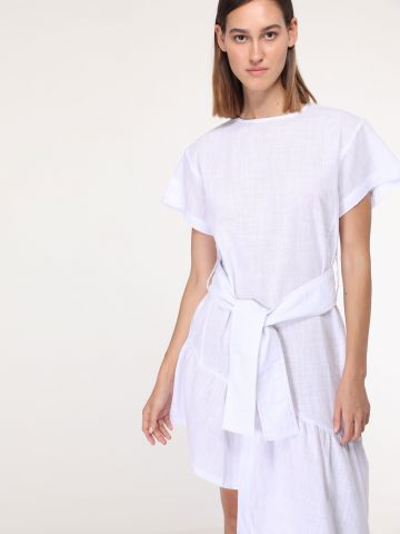 שמלת קיץ אסימטרית עם חגורת קשירה