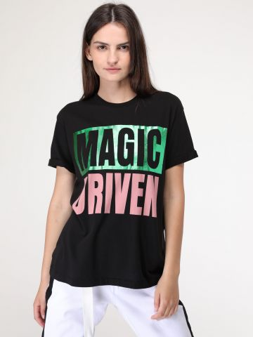 טי שירט בהדפס Magic driven