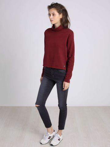 סקיני ג'ינס עם קרעים בברכיים