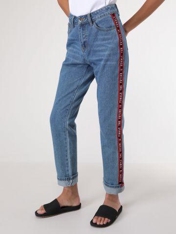 ג'ינס שטיפה בהירה עם פסים בצדדים והדפס