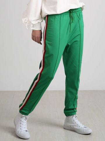 מכנסי טרנינג עם פסים בצדדים