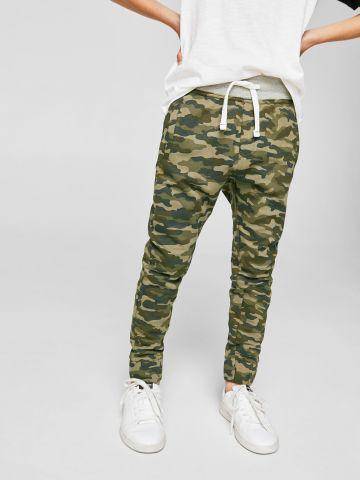 מכנסי טרנינג בהדפס צבאי
