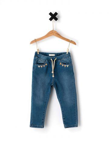 ג'ינס בגזרה ישרה בעיטור משולשים