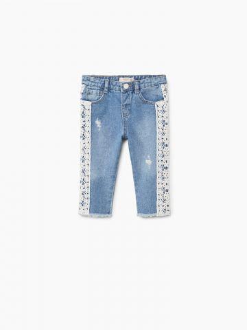 סקיני ג'ינס עם עיטורי תחרה