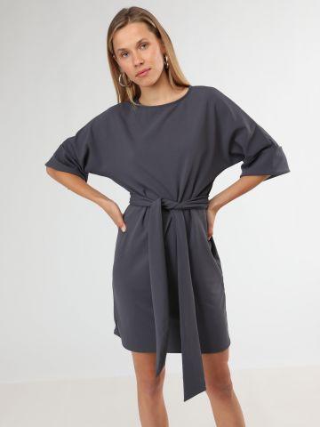 שמלת מיני עם שרוולים 3/4 מקופלים וחגורת קשירה