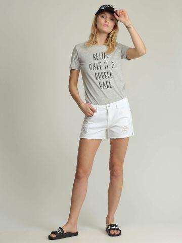 ג'ינס קצר עם קרעים וסיומת פרומה