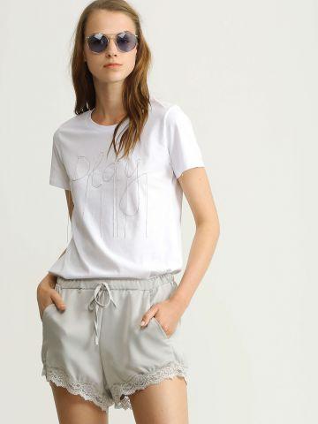 מכנסיים קצרים עם עיטור תחרה