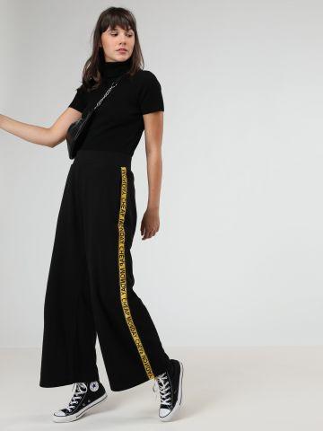 מכנסיים מתרחבים עם סטריפים לוגו בצדדים