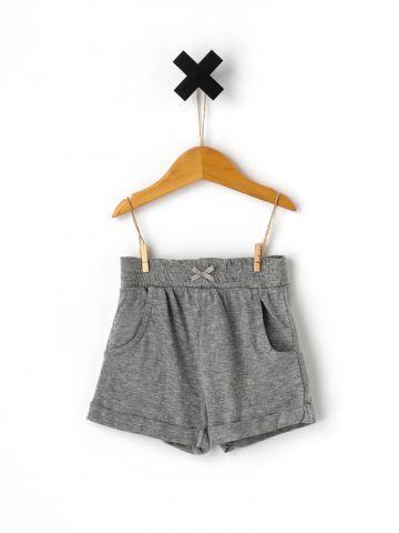 מכנסים קצרים עם קיפולים בסיומת