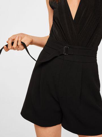 מכנסים קצרים מחויטים עם חגורה