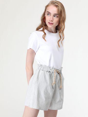 מכנסיים קצרים בהדפס פסים עם קשירת חבל