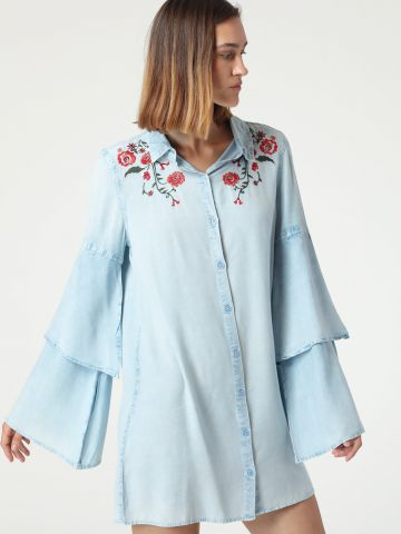 שמלת ג'ינס מיני עם שרוולי פעמון ועיטורי רקמה