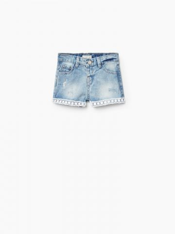 ג'ינס קצר עם פס תחרה בסיומת