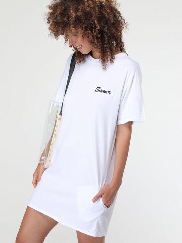 שמלת טי שירט עם הדפס בחזית