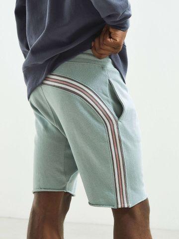 מכנסי טרנינג קצרים עם פס מתמשך UO