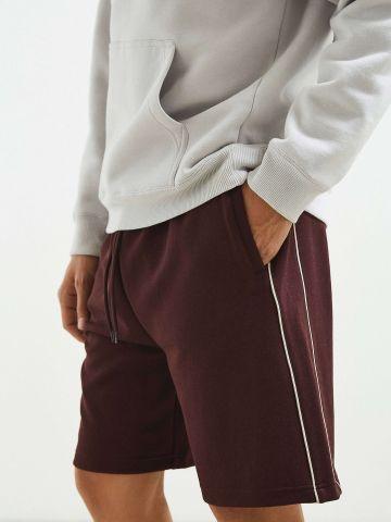 מכנסי טרנינג קצרים עם פסים דקים UO