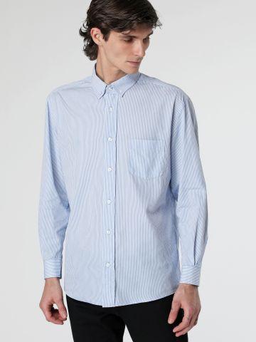 חולצה מכופתרת פסים דקים