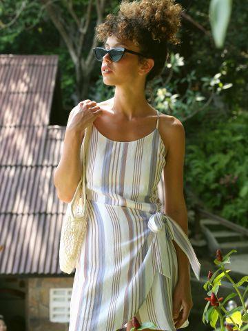 שמלת מעטפת בהדפס פסים