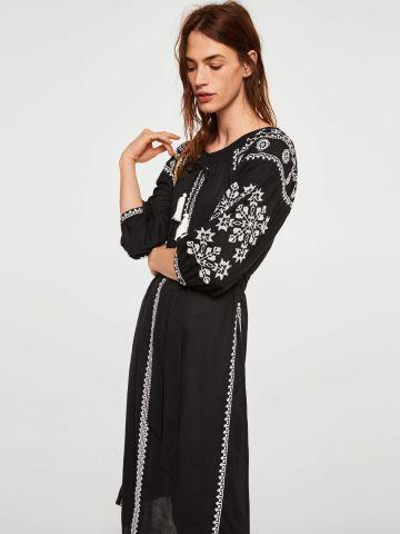 שמלה עם עיטורי רקמה וחגורת קשירה מובנית