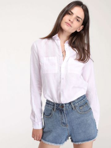 חולצה מכופתרת בהדפס פסים עדין עם כיסים