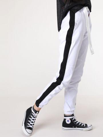 מכנסי קנבס ארוכים עם פסים וחגורה