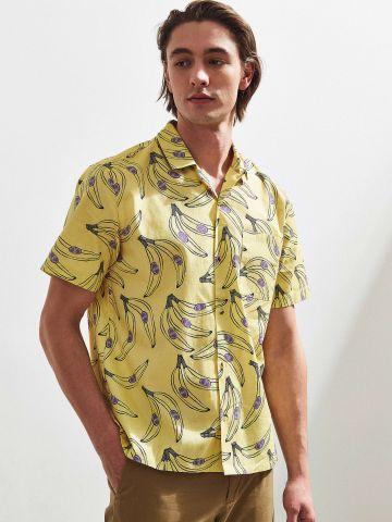 חולצה מכופתרת בהדפס בננות UO