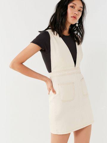 שמלת אוברול ג'ינס עם מפתח וי עמוק UO