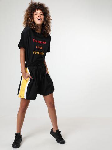מכנסיים קצרים אוברסייז עם סטריפים בצדדים