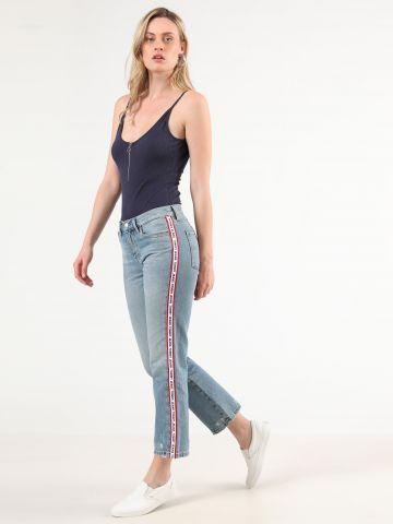 ג'ינס Girlfriend עם סטריפ לוגו רץ בצדדים