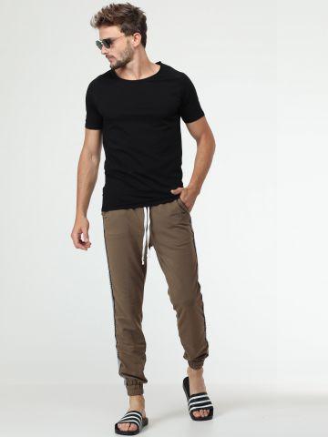 מכנסי טרנינג עם פסי משבצות בצדדים