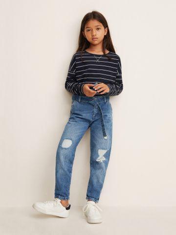 ג'ינס בויפרנד עם עיטורי קרעים וחגורת מותן